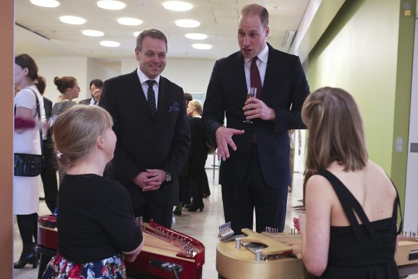 Price William speaking with two young players of kantele. Jan Vapaavuori is standing next to him.