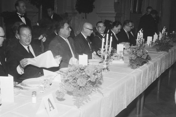 Sat at the lunch table are Teuvo Aura, Leonid Brezhnev, Urho Kekkonen and other invited guests.